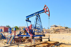 Baku, Azerbaijan - 20 de mayo de 2014: Pozos de petróleo Fotografía de archivo