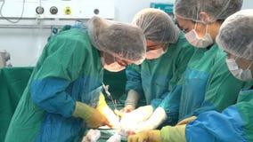 Baku, Azerbaijan Februar 2016 Operationsteam, das Chirurgieoperation, Kaiserschnitt durchführt Kaiserschnitt stock footage