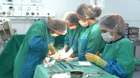 Baku, Azerbaijan Februar 2016 Operationsteam, das Chirurgieoperation, Kaiserschnitt durchführt Kaiserschnitt stock video