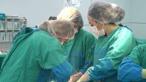 Baku, Azerbaijan Februar 2016 Operationsteam, das Chirurgieoperation, Kaiserschnitt durchführt Kaiserschnitt, Cabschnitt stock video footage