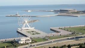 baku azerbaijan Ferris Wheel Crystal Hall Mayak Opinión sobre la bahía costera del capital en el mar Caspio almacen de metraje de vídeo
