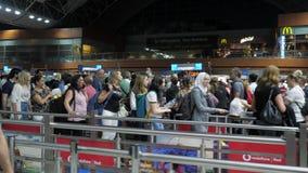 Baku, Azerbaijan, 20-05-2019: Los pasajeros están esperando control de pasaportes al vuelo en larga cola en terminal de aeropuert almacen de metraje de vídeo