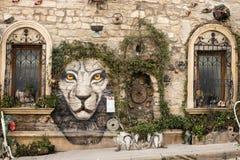 Baku azerbaijan oude stad van de de muurinstallatie van de straatkunst de boomdecoratie het beeld van het tijgergezicht stock afbeelding