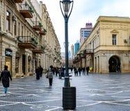 Baku Azerbajdzjan - April 13, 2019: Folk som går på den Nizami gatan royaltyfria bilder