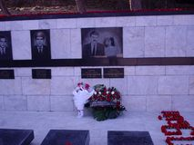BAKU AZERBAJDZJAN - JANUARI 20, 2003 blommor lade i respekt av sörjanden på marmorgravar på 20th den Januari monumentet i Baku, p arkivfoton