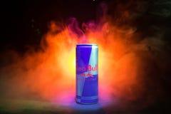 BAKU AZERBAJDZJAN - Januari 13, 2018: Den Red Bull klassikern 250 ml kan på mörker tonad dimmig bakgrund Arkivbild