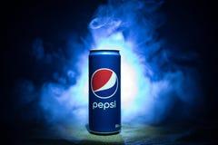 BAKU AZERBAJDZJAN - JANUARI 13,2018: Pepsi kan mot mörker tonad dimmig bakgrund Arkivbild