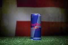 BAKU AZERBAJDZJAN - JULI 01, 2018: Idérikt begrepp Den Red Bull klassikern 250 ml kan på gräs Stötta ditt land i världscupen 2018 Arkivfoto