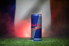 BAKU AZERBAJDZJAN - JULI 01, 2018: Idérikt begrepp Den Red Bull klassikern 250 ml kan på gräs Stötta ditt land i världscupen 2018 Royaltyfri Foto