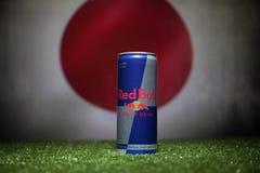 BAKU AZERBAJDZJAN - JULI 01, 2018: Idérikt begrepp Den Red Bull klassikern 250 ml kan på gräs Stötta ditt land i världscupen 2018 Royaltyfria Foton