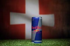 BAKU AZERBAJDZJAN - JULI 01, 2018: Idérikt begrepp Den Red Bull klassikern 250 ml kan på gräs Stötta ditt land i världscupen 2018 Arkivbild