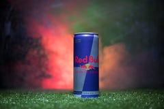 BAKU AZERBAJDZJAN - JULI 01, 2018: Idérikt begrepp Den Red Bull klassikern 250 ml kan på gräs Stötta ditt land i världscupen 2018 Arkivfoton