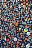 Baku Azerbajdzjan - 16 Juli, 2015: Stallen av sovjetemblem och symboler sålde i Baku gatamarknad Arkivbilder