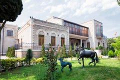 BAKU AZERBAJDZJAN - 17 Juni, 2015: trädgård av villan Petrolea Fotografering för Bildbyråer