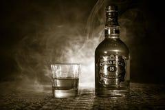 BAKU AZERBAJDZJAN - MARS 25, 2018: Blandat från whiskyar som mognas för åtminstone 18 år, är det Chivas Regal 18 guldhäftet, en b Royaltyfri Foto