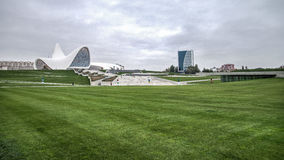 Baku Azerbajdzjan - Oktober 22, 2014: Heydar Aliyev mittmuseum: Haydar Aliyev Centre planlade vid arkitekten Zaha Hadid Royaltyfria Foton