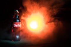 Baku Azerbajdzjan 13th Januari 2018, coca - colaklassikern i en glasflaska på mörker tonade dimmig bakgrund Coca - cola är den me Royaltyfria Bilder