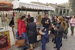 BAKU, AZERBAYJAN- 19 DE MAIO DE 2017: uma multidão de povos que andam nas ruas da cidade com os vendedores do fast food, no espet Fotografia de Stock