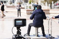 Baku, Azerbayjan, 10 kan, 201: Cameraman die een levend overleg in stadspark schieten royalty-vrije stock fotografie