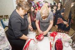 Baku, azerbayjan-10 kan 2017: Huwelijkspartij de bruid, de bruidegom en de gasten bij het nationale Turkse Oosterse huwelijk royalty-vrije stock fotografie