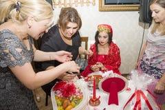 Baku, azerbayjan-10 kan 2017: Huwelijkspartij de bruid, de bruidegom en de gasten bij het nationale Turkse Oosterse huwelijk royalty-vrije stock afbeeldingen