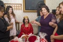 Baku, azerbayjan-10 kan 2017: Huwelijkspartij de bruid, de bruidegom en de gasten bij het nationale Turkse Oosterse huwelijk stock foto