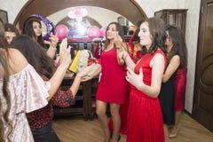 Baku, azerbayjan-10 kan 2017: Huwelijkspartij de bruid, de bruidegom en de gasten bij het nationale Turkse Oosterse huwelijk stock afbeeldingen