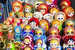 BAKU, AZERBAYJAN - 23. Mai 2017 - traditionelle russische matryoshkas, die Puppen auf Anzeige in einem Souvenirladen nisten lizenzfreie stockfotografie