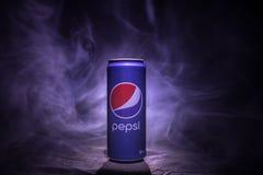 BAKU, AZERBEIDZJAN - JANUARI 13.2018: Pepsi kan tegen donkere gestemde mistige achtergrond Royalty-vrije Stock Afbeeldingen