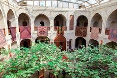 Baku, Azerbeidzjan - Juli 16, 2015: caravanserai restaurant en winkelcentrum in oude stad die van Baku wordt gevestigd stock fotografie