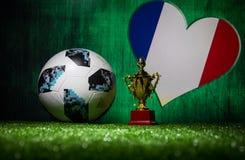 BAKU, AZERBEIDZJAN - JULI 13, 2018: Creatief concept De officiële bal van de de Wereldbekervoetbal van Rusland 2018 Adidas Telsta Royalty-vrije Stock Foto