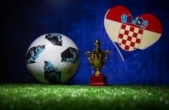 BAKU, AZERBEIDZJAN - JULI 13, 2018: Creatief concept De officiële bal van de de Wereldbekervoetbal van Rusland 2018 Adidas Telsta Stock Afbeelding