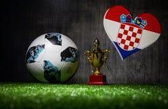 BAKU, AZERBEIDZJAN - JULI 13, 2018: Creatief concept De officiële bal van de de Wereldbekervoetbal van Rusland 2018 Adidas Telsta Stock Afbeeldingen