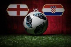 BAKU, AZERBEIDZJAN - JULI 08, 2018: Creatief concept De officiële bal van de de Wereldbekervoetbal van Rusland 2018 Adidas Telsta Stock Afbeeldingen