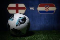 BAKU, AZERBEIDZJAN - JULI 08, 2018: Creatief concept De officiële bal van de de Wereldbekervoetbal van Rusland 2018 Adidas Telsta Royalty-vrije Stock Afbeeldingen