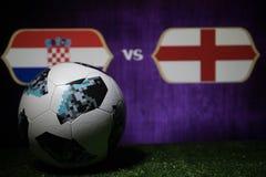 BAKU, AZERBEIDZJAN - JULI 08, 2018: Creatief concept De officiële bal van de de Wereldbekervoetbal van Rusland 2018 Adidas Telsta Stock Foto