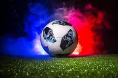 BAKU, AZERBEIDZJAN - JULI 12, 2018: Creatief concept De officiële bal van de de Wereldbekervoetbal van Rusland 2018 Adidas Telsta Royalty-vrije Stock Afbeeldingen