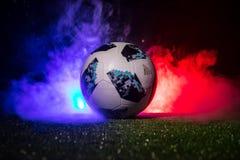 BAKU, AZERBEIDZJAN - JULI 12, 2018: Creatief concept De officiële bal van de de Wereldbekervoetbal van Rusland 2018 Adidas Telsta Stock Afbeelding