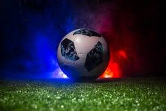 BAKU, AZERBEIDZJAN - JULI 12, 2018: Creatief concept De officiële bal van de de Wereldbekervoetbal van Rusland 2018 Adidas Telsta Stock Fotografie