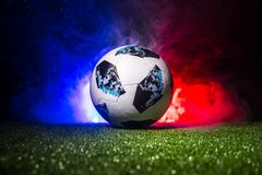 BAKU, AZERBEIDZJAN - JULI 12, 2018: Creatief concept De officiële bal van de de Wereldbekervoetbal van Rusland 2018 Adidas Telsta Stock Foto's