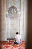 BAKU, AZERBEIDZJAN - 17 Juli, 2015: Een niet geïdentificeerde moslimmens bidt in Juma-Moskee stock afbeeldingen