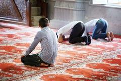 BAKU, AZERBEIDZJAN - 17 Juli, 2015: Een niet geïdentificeerde moslimmens bidt in Juma-Moskee royalty-vrije stock foto
