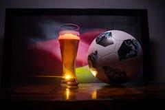 BAKU, AZERBEIDZJAN - JUNI 23, 2018: De officiële bal van de de Wereldbekervoetbal van Rusland 2018 Adidas Telstar 18 en enig bier Stock Fotografie