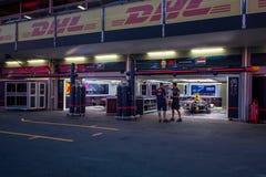 Baku, Azerbeidzjan - Juni 06, 2017: Een gang van mensen op de kuil-steeg op Formule 1, Neftyanikov-Weg royalty-vrije stock afbeeldingen