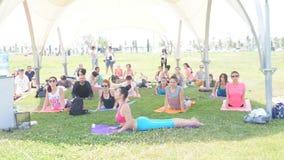 Baku, Azerbeidzjan, kan 15, 2017: Mannen en vrouwenyogaklassen tijdens de festivaldag van yoga stock footage