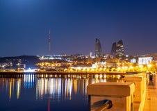 Baku Azerbejdżan - 16 Czerwiec, 2019 Odbicie światła nocy miasto w morzu kaspijskim Noc widok Baku z płomieniem fotografia royalty free
