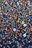 Baku, Azerbejdżan - 16 Lipiec, 2015: Kram Radzieckie odznaki i ikony sprzedawał w Baku ulicznym rynku obrazy stock