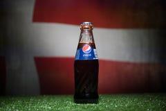 BAKU AZERBEJDŻAN, LIPIEC, - 01, 2018: Kreatywnie pojęcie Pepsi klasyk w szklanej butelce na trawie Wspiera twój kraju w pucharze  Obraz Royalty Free