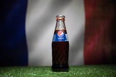 BAKU AZERBEJDŻAN, LIPIEC, - 01, 2018: Kreatywnie pojęcie Pepsi klasyk w szklanej butelce na trawie Wspiera twój kraju w pucharze  Zdjęcia Stock