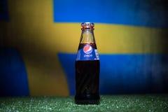BAKU AZERBEJDŻAN, LIPIEC, - 01, 2018: Kreatywnie pojęcie Pepsi klasyk w szklanej butelce na trawie Wspiera twój kraju w pucharze  Obraz Stock